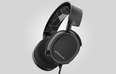 """When it comes to looking for headphones, there are those who are not typically bothered by the software that might come with the package, and in the case of the Steelseries Arctis 3, don't mind using the accompanying computer application at all. Instead, what you can enjoy is its built-in virtual 7.1 surround sound that works wondrously. Furthermore, you can't go wrong by how it is designed. It looks subtle yet classy, especially when you compare it to other gaming headsets on the market with all their jagged edges. The Steelseries Arctis 3 Has Great Sound With an Incredibly Awful Software At first glance, the first thing that you might immediately notice about the Steelseries Arctis 3 is that it doesn't seem to look like a gaming headset at all. It has a """"mature"""" kind of look in which many gaming headsets do not sport. For the overall design, it is understated yet incredibly pleasing. It is mostly made out of a matte-black plastic but there is some gloss-black highlights placed here-and-there. The Arctis 3 comes with a ski goggle-style strap that will rest on the top of your head when you wear the headset. There is nothing wrong to say about the head strap since it does provide an above-average level of comfort. Add that level of comfort by the way the earpieces are designed, and you might never want to remove them. This pair is by far one of the most comfortable gaming headsets that you can get on today's market. Hence, you wouldn't be bothered wearing these for extended periods of time, especially for those long-gaming sessions into the wee hours of the morning. As for the audio quality, the sound coming from this particular gaming headset is surprisingly rich. There is an ample level of bass that is neither overbearing nor too soft. In fact, the entire audio spectrum is very clear. When you're playing FPS (first person shooter) games, you will hear every footstep, along with every gunshot or bomb explosion being thrown about. The Steelseries Arctis 3 also comes """